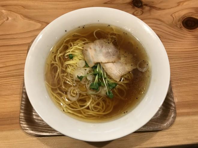 「醤油らー麺」600円。化学調味料など添加物は一切使わず、魚介系素材の旨味をしっかりと引き出したスープに、細くしなやかな自家製ストレート麺が静かに佇む。